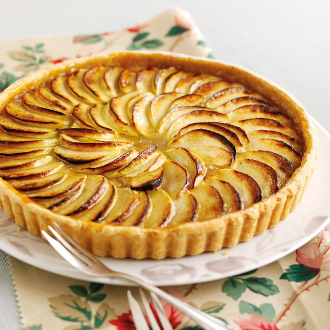 Treacle-tart-with-glazed-apples
